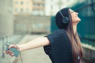headphones-girl-smartphone