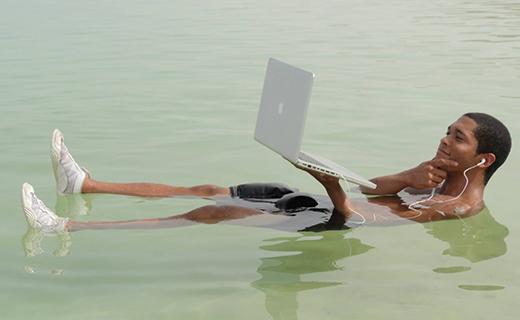 Using laptop_Macbook_ in water-TechShohor